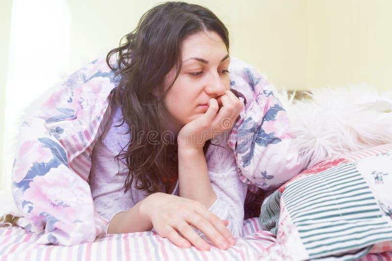 女孩早晨醒并且是懒惰的 免版税图库摄影