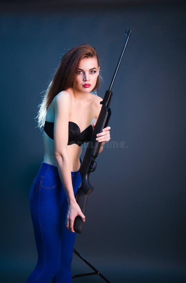 女孩时尚射击在演播室 免版税库存照片