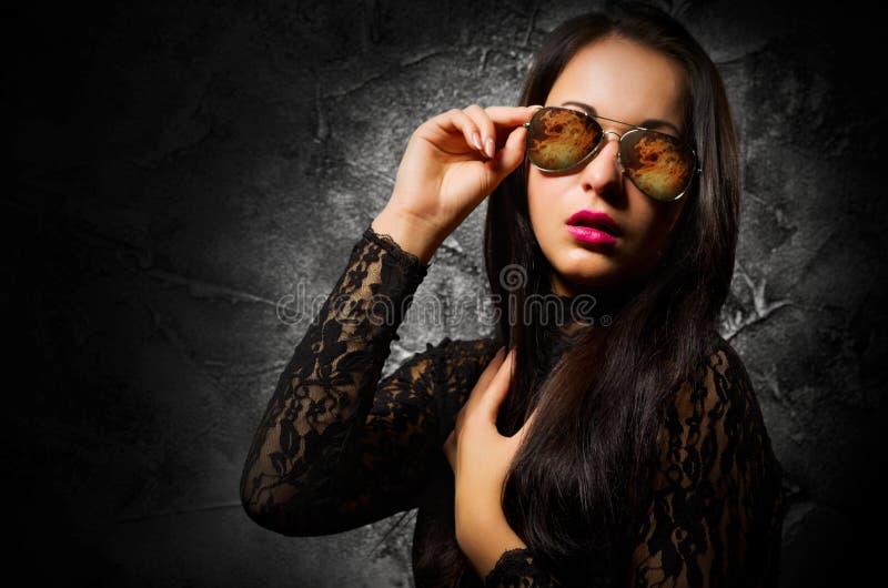女孩时尚画象在灰色墙壁上的 库存图片