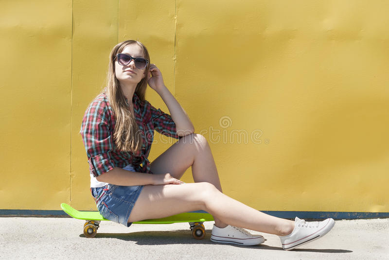 女孩时髦的年轻人 库存照片