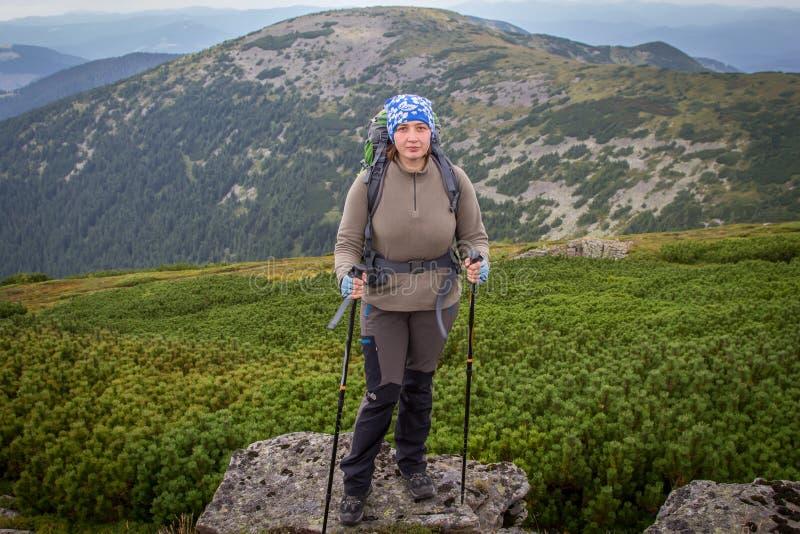 女孩是喀尔巴阡山脉的一个游人 乌克兰 库存图片