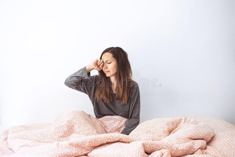 女孩是在床上 早唤醒 免版税库存图片