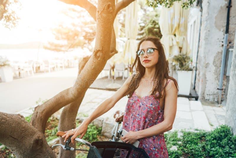 女孩是常设近的她的自行车 库存图片