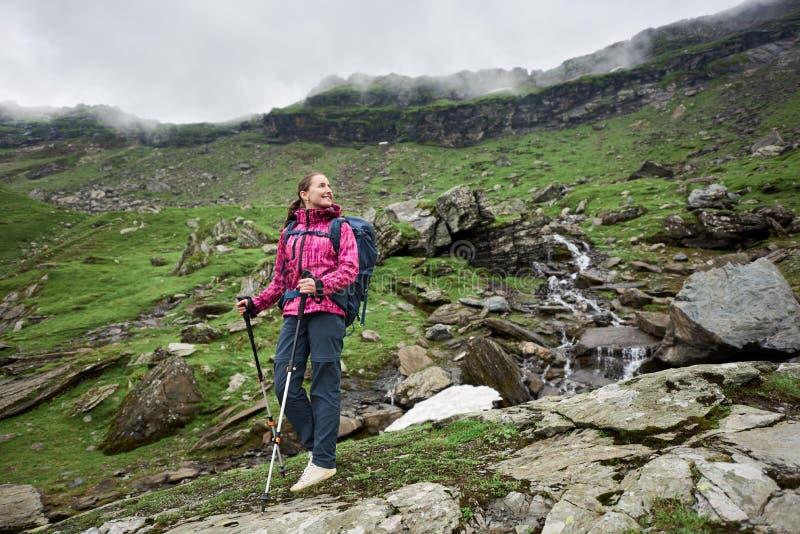 女孩是站立岩石和享受看法 图库摄影