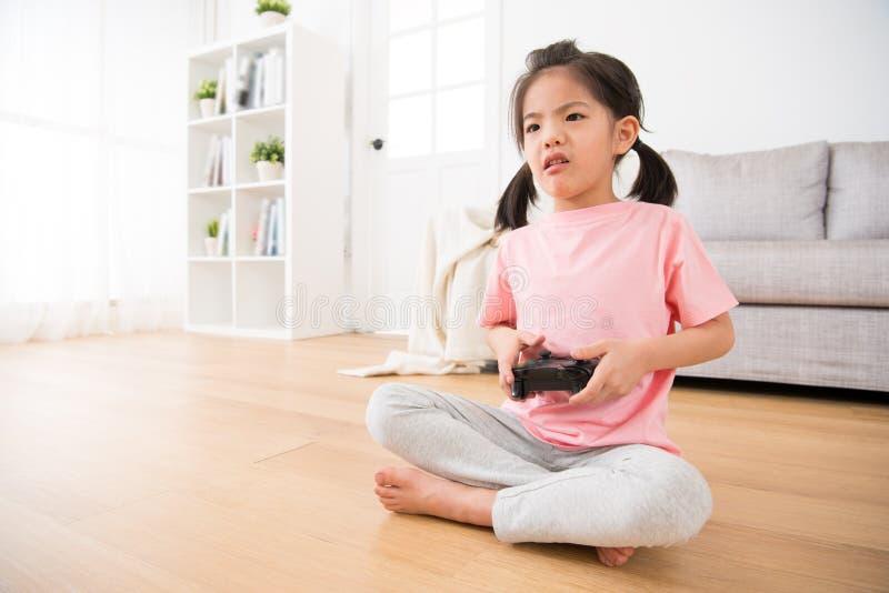 女孩显示哀伤的不快乐的表示的孩子孩子 免版税库存图片