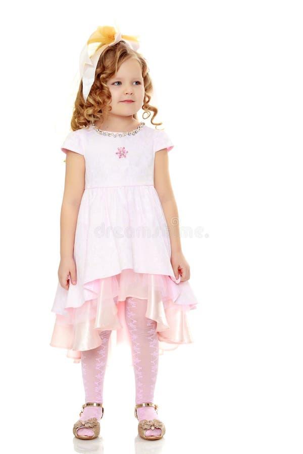 女孩显示玩偶 免版税库存图片