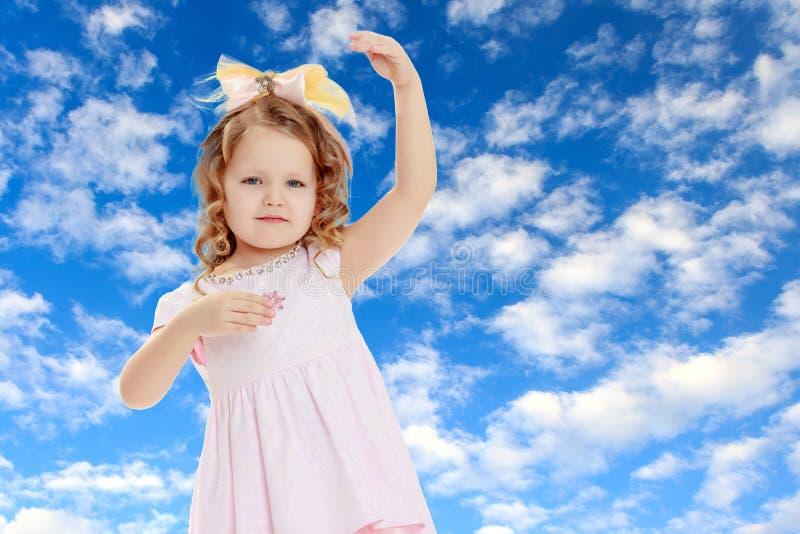 女孩显示玩偶 免版税库存照片