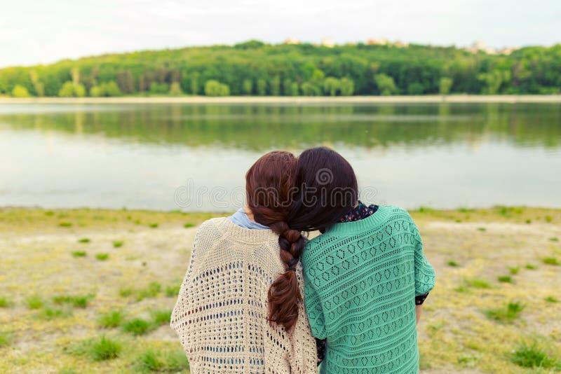女孩最好的朋友永远后面视图 免版税库存照片