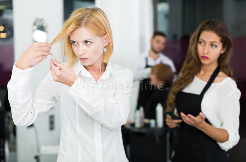 女孩有与理发师的一次战斗 库存照片