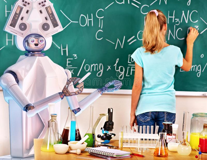 女孩有交互式网上学习的化学和生物路线 库存照片