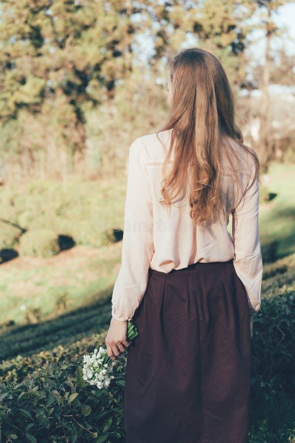 女孩有从后面的长的流动的头发视图 免版税库存图片