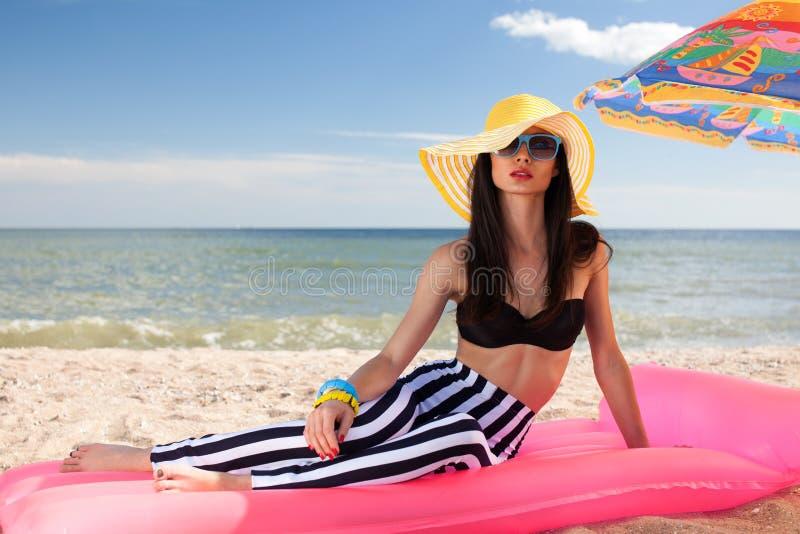 女孩有休息在海滩 免版税图库摄影