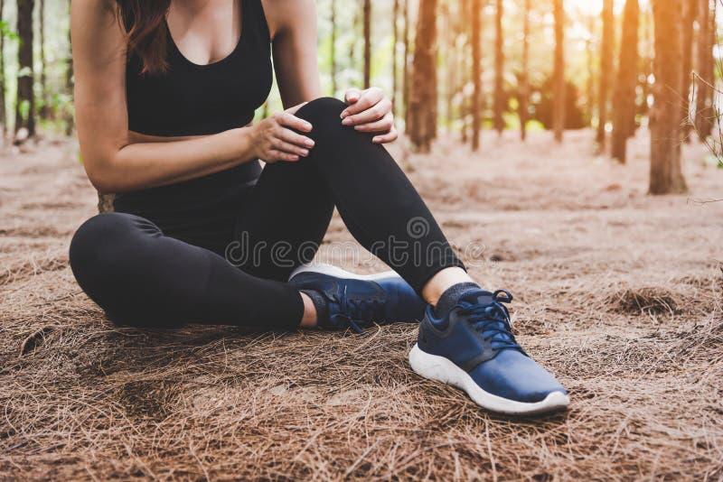 女孩有体育事故伤害在森林在户外 健康和医学概念 冒险和旅行概念 松木题材 免版税图库摄影
