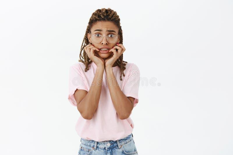 女孩有关等级要适用于名牌大学 画象担心和急切傻不安全深色皮肤 免版税库存照片