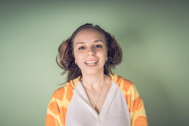 女孩有头发问题 有少年的妇女被缠结的被弄乱的头发的问题 Haircare问题概念 em明亮的飞溅  免版税库存照片