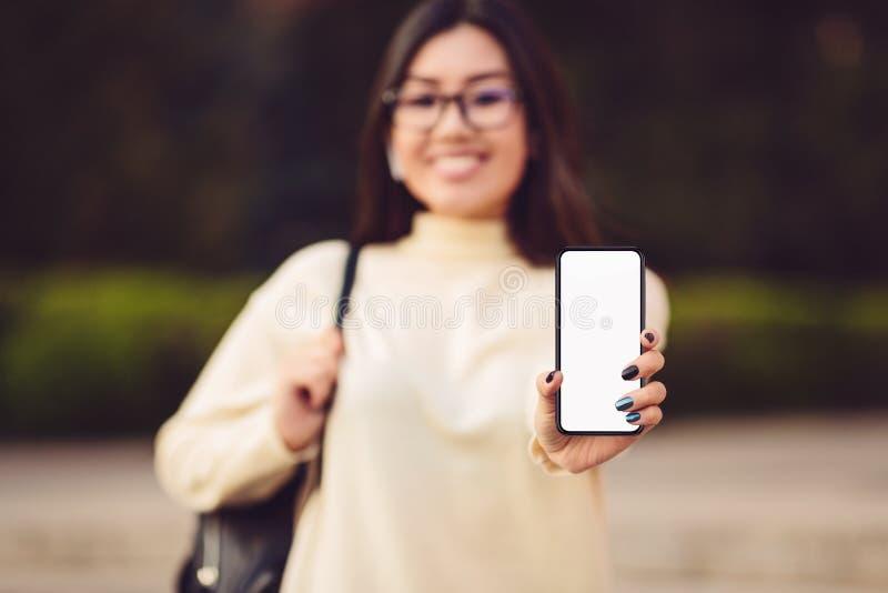 女孩有黑屏的陈列电话的大模型图象 库存照片