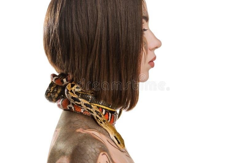 女孩有bodyart构成的和有在Gorgon的图象的蛇的 免版税库存照片