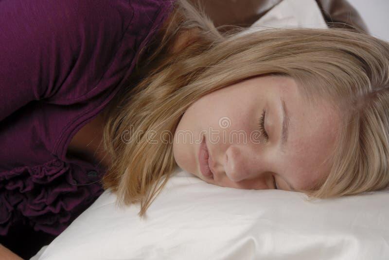 女孩枕头少年休眠的沙发 免版税图库摄影