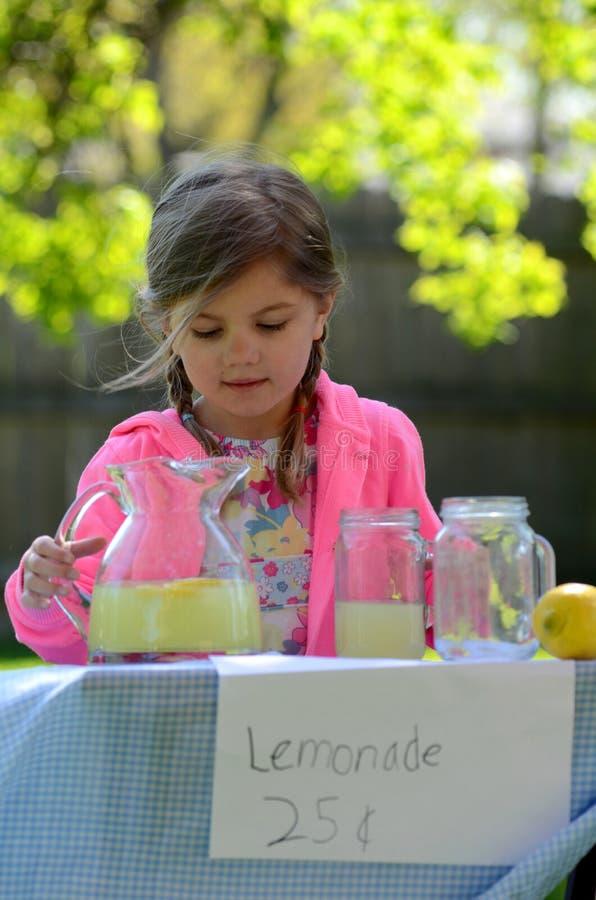女孩柠檬水一点微笑的立场夏天 免版税图库摄影