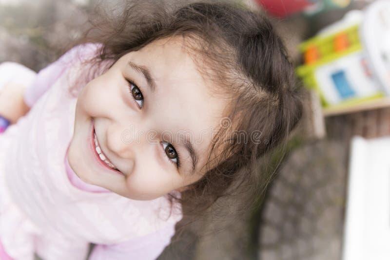 女孩查出的微笑的白色 免版税库存图片