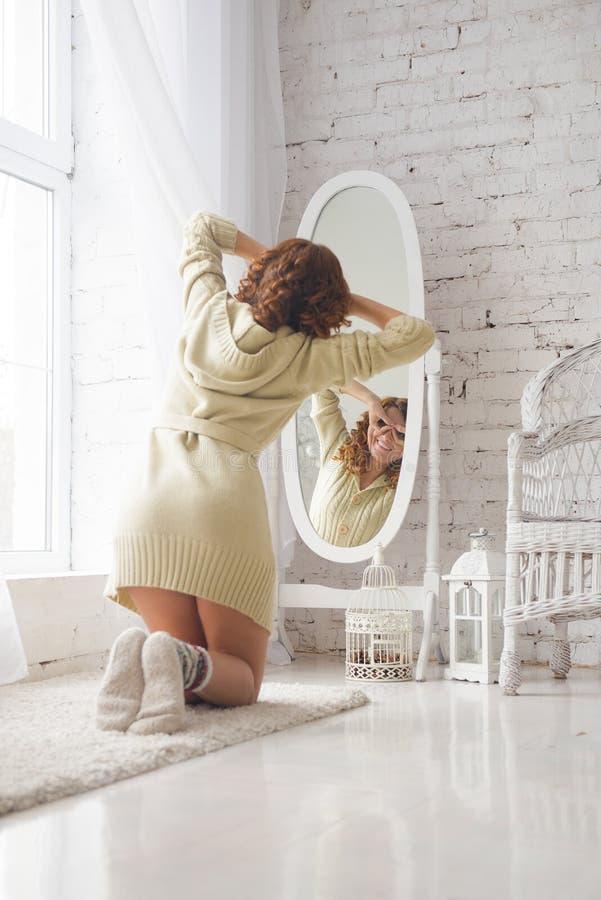 女孩查看她自己镜子的 免版税库存照片