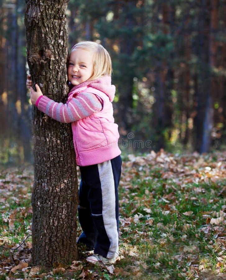 女孩树拥抱 库存图片