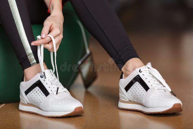 女孩栓她的鞋带 免版税库存图片