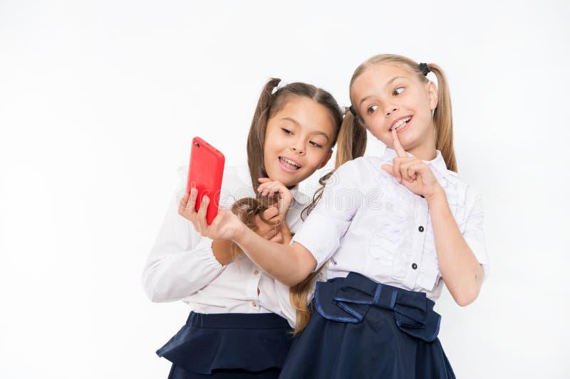女孩校服作为selfie智能手机 拍完善的照片的摆在 少女休闲 乐趣女孩有希望 免版税库存图片