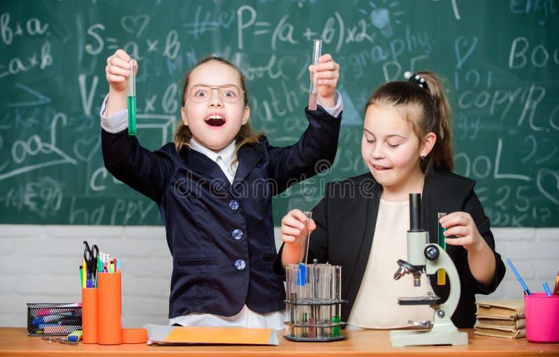 女孩校服繁忙与证明他们的假说 学校实验 r 有的健身房学生 库存照片