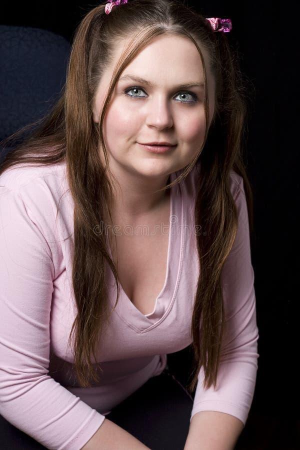 女孩桃红色衬衣微笑 图库摄影