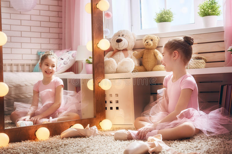 女孩梦想成为芭蕾舞女演员 库存图片
