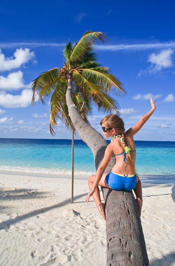 女孩棕榈树 免版税库存图片