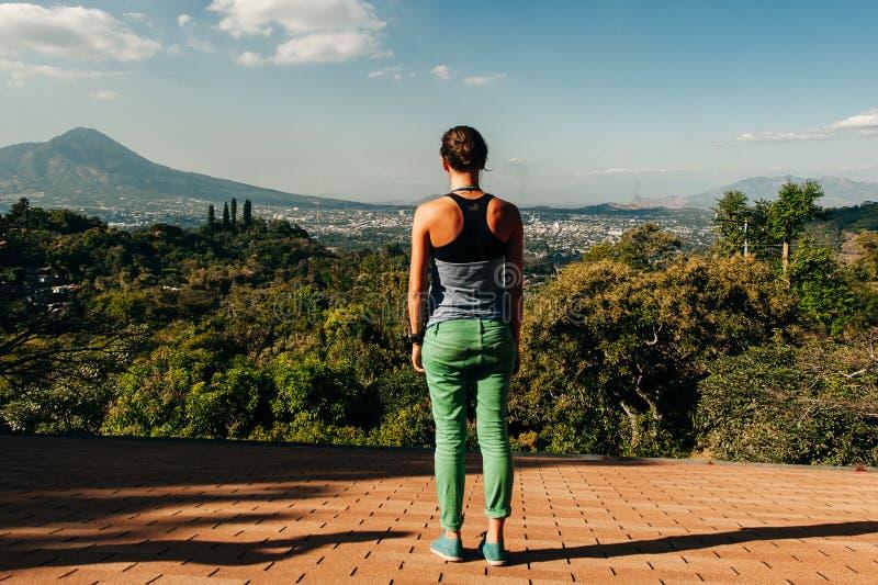 女孩正望着圣萨尔瓦多火山。萨尔瓦多。圣萨尔瓦多火山的景致。萨尔瓦多 免版税库存照片
