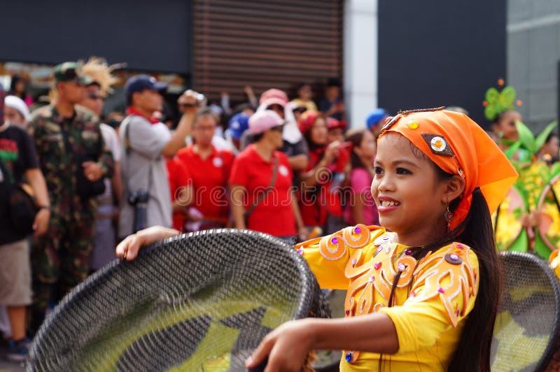 女孩民族服装的狂欢节舞蹈家在沿路的欢欣跳舞 免版税库存照片