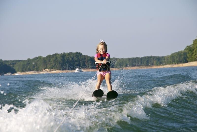 女孩水橇年轻人 免版税库存图片