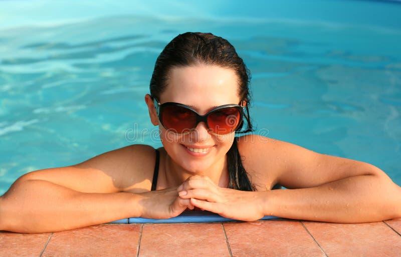 女孩池微笑的游泳 库存图片