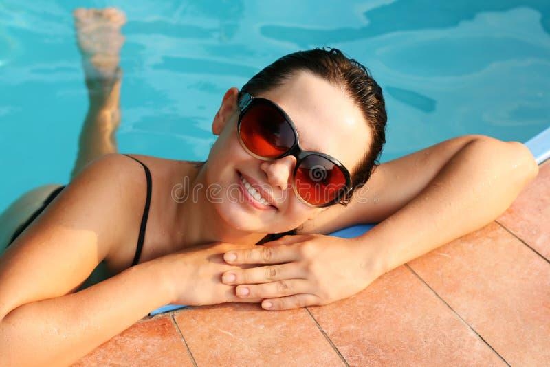 女孩池微笑的游泳 库存照片