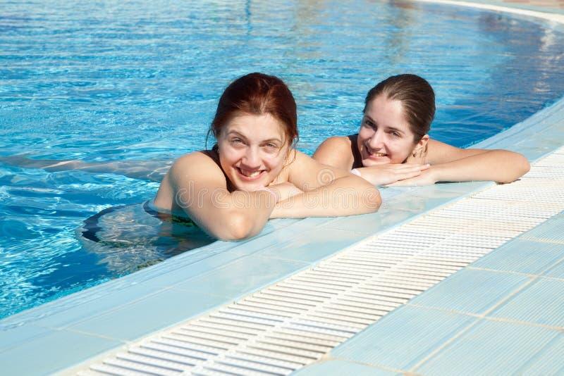 女孩池游泳 图库摄影