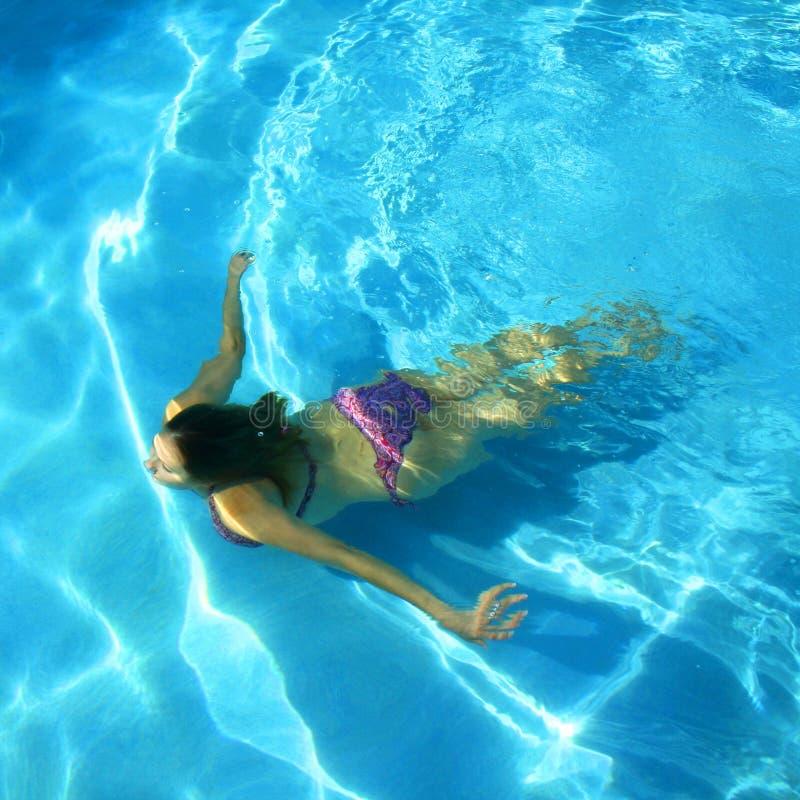 女孩池游泳 免版税库存图片