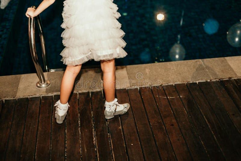女孩池端年轻人 图库摄影