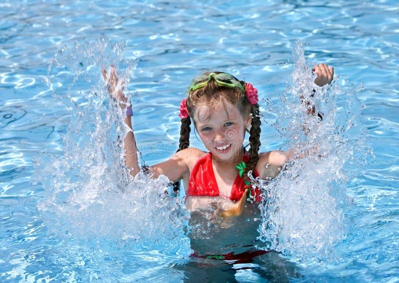 女孩池红色游泳泳装 库存图片