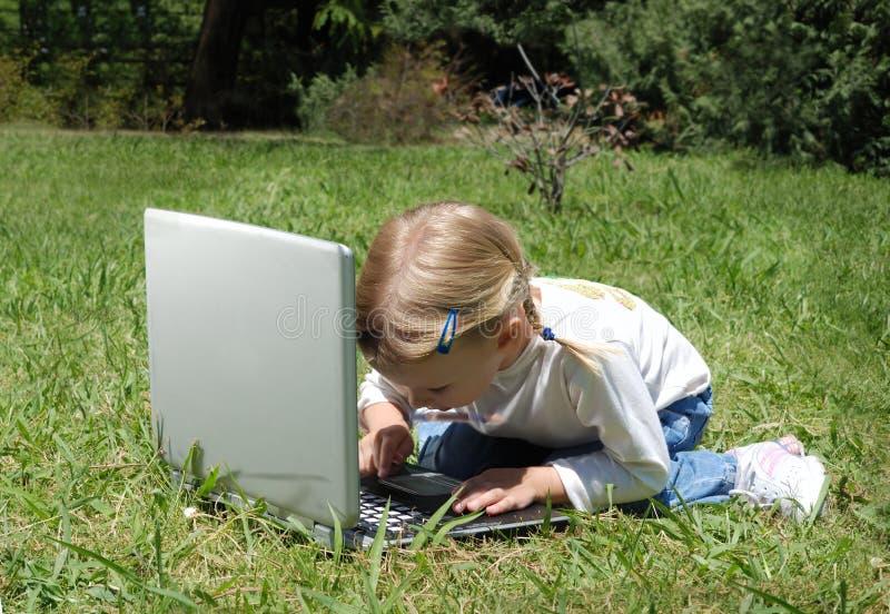 女孩沼地膝上型计算机一点 库存图片