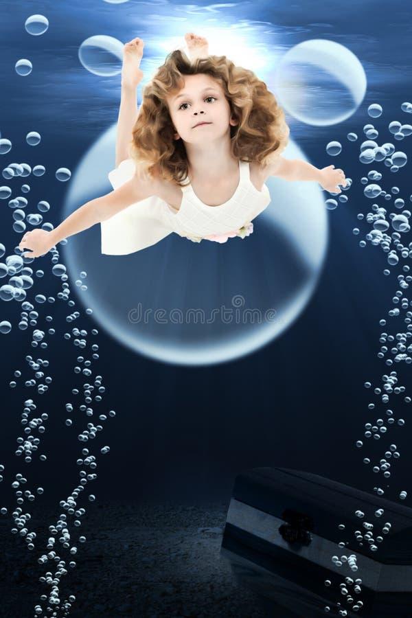 女孩海洋游泳 皇族释放例证