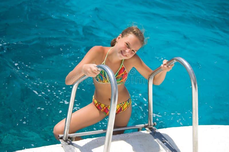 女孩海运年轻人 免版税图库摄影