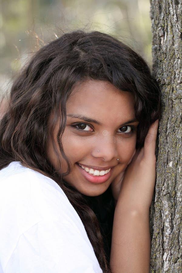 女孩混杂的室外纵向青少年的结构树&# 免版税库存照片