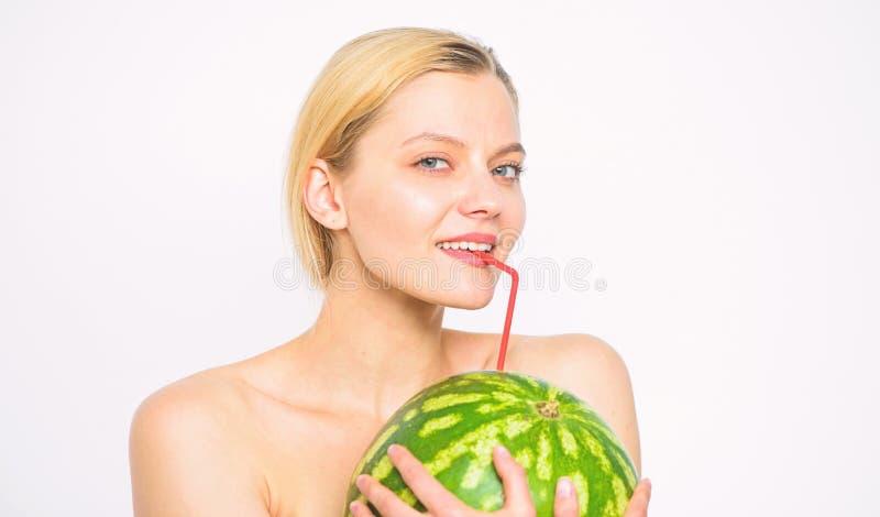 女孩渴有吸引力的裸体饮料新鲜的汁液整个西瓜鸡尾酒秸杆白色背景 夏天概念口味  图库摄影