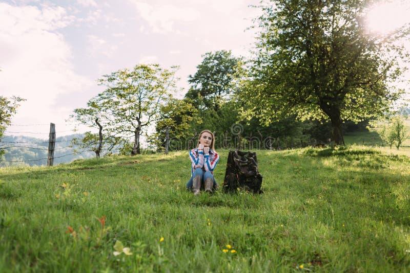女孩游人在山停下来休息 库存照片