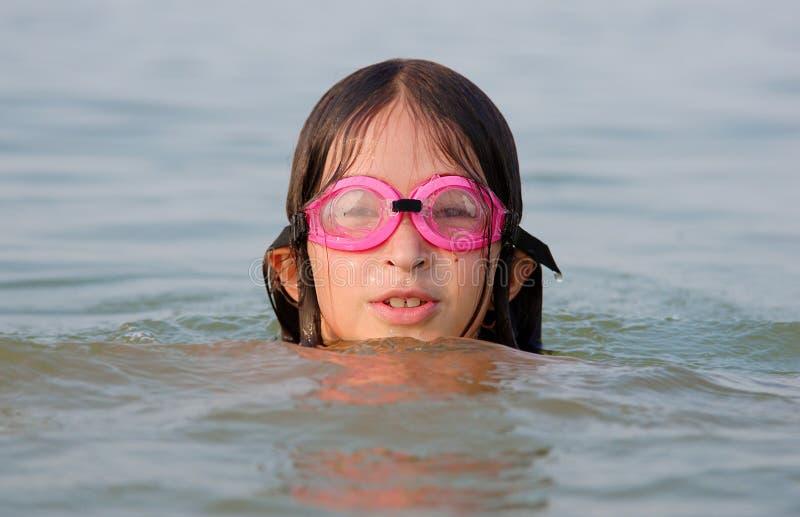 女孩游泳在水中 库存图片