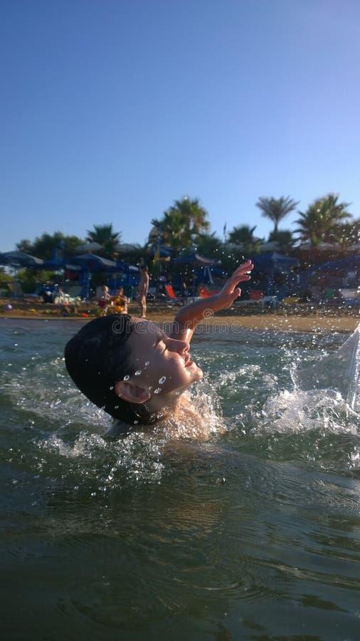 女孩游泳在海 库存图片