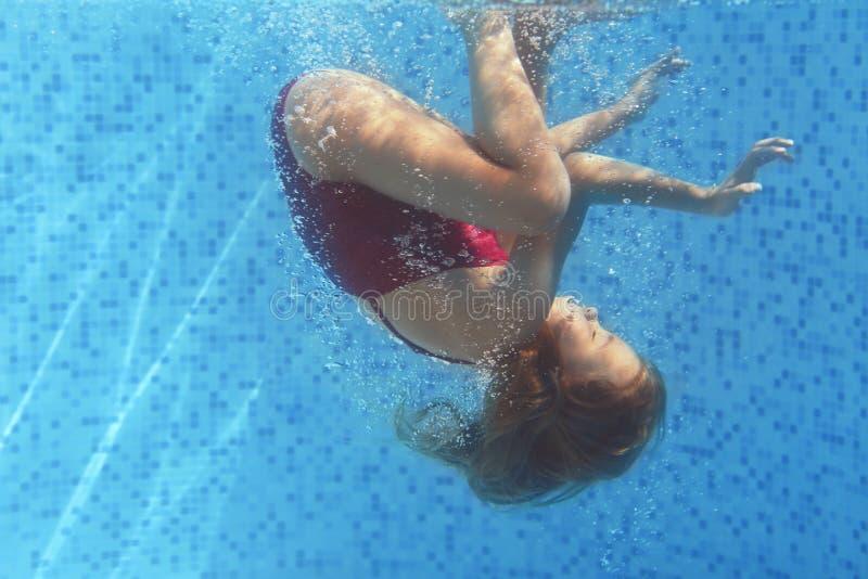 女孩游泳的水中 库存照片